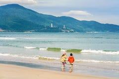 Les enfants jouant le long de la Chine échouent à Danang au Vietnam Photographie stock libre de droits