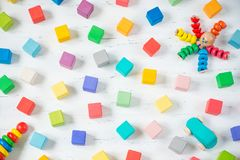 Les enfants joue les blocs en bois de cadre, poulpe, la voiture, pyramidion sur le fond blanc Vue supérieure Configuration plate Images libres de droits