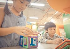 Les enfants jouent avec le jouet éducatif dans la salle de classe Images libres de droits
