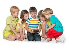 Les enfants jouent avec un nouvel instrument photo stock