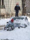 Les enfants jouent dans la neige Images stock