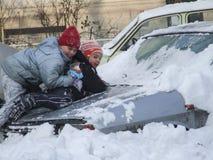 Les enfants jouent dans la neige Photos libres de droits