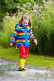 Les enfants jouent dans la pluie et le magma en automne Photos libres de droits