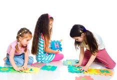 Les enfants jouent des lettres photographie stock libre de droits