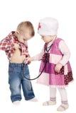 Les enfants jouent le docteur avec le stéthoscope Images stock