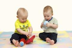 Les enfants jouent sur le plancher coloré Photographie stock libre de droits