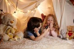 Les enfants joyeux ont le temps d'amusement dans la crèche Photos libres de droits