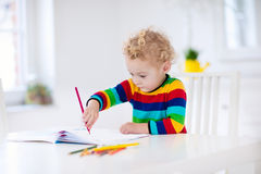 Les enfants lisent, écrivent et peignent Enfant faisant le travail Photographie stock libre de droits