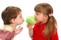 Les enfants mangent du chou sur un blanc Photo libre de droits