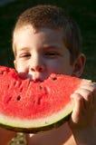 Les enfants mangent la tranche de pastèque Photographie stock