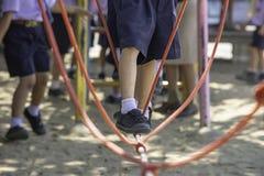 Les enfants marchant sur le câble métallique font l'activité photo libre de droits