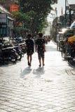 Les enfants marchent sous la douche du soleil, Ubud, Bali Image libre de droits