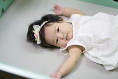 Les enfants mignons dans une bonne humeur se couchent sur le divan images libres de droits