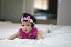 Les enfants mignons dans une bonne humeur se couchent sur le divan photos stock
