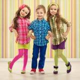 Les enfants mignons de mode se tiennent ensemble. Image stock