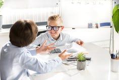 Les enfants mignons optimistes travaillent dans le bureau Images libres de droits