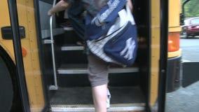 Les enfants montant fait un pas de l'autobus (3 de 3) banque de vidéos