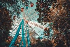 Les enfants montent la grande roue en parc d'automne images stock