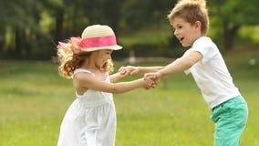Les enfants nagent en parc d'été, ils sont heureux et gais Mouvement lent banque de vidéos