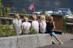 Les enfants norvégiens mangent la crème glacée en été, Norvège Images libres de droits