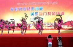 Les enfants observent les shes (elle minorité) sélectionner la danse de thé Image libre de droits