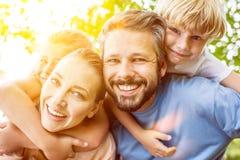 Les enfants obtiennent le tour de ferroutage des parents Images stock