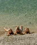 Les enfants ont envoyé des salutations de la mer Image libre de droits