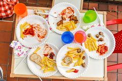 Les enfants ont fini le repas avec des pommes frites images stock