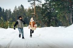 Les enfants ont l'amusement dans la forêt de pein complètement de neige dans un jour d'hiver Photographie stock