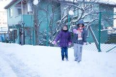 Les enfants ont l'amusement sur la neige en hiver Photographie stock libre de droits