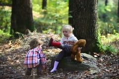 Les enfants ont mis les bottes rouges sur des pieds de fille Enfants étant prêts pour la promenade dans la forêt d'automne Photos libres de droits