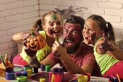 Les enfants ou les filles de Halloween avec le père barbu d'homme tiennent le potiron Image stock