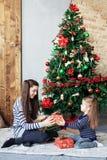 Les enfants ouvrent des présents sur Noël Le concept de Noël Photos stock