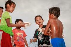 Les enfants philippins locaux vivant près du volcan montent Pinatubo sur l'Au photo libre de droits