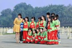 Les enfants posent pour une photo de groupe sur la Place Tiananmen, Pékin, Chine Photos stock