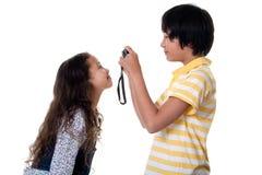 Les enfants prennent des photos digitales Images stock
