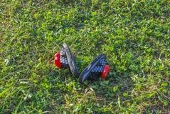 Les enfants que le ` s a coloré des pantoufles de plage se trouvent sur l'herbe verte photographie stock
