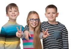 Les enfants réussis se tiennent ensemble Images libres de droits