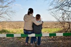 Les enfants rêvent, se reposant sur la barrière et regardant l'horizon Images libres de droits