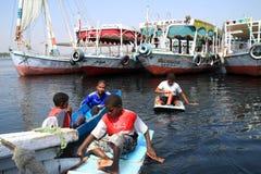 Les enfants refroidissent dans le Nil en Egypte Images libres de droits