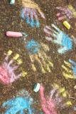 Les enfants remet des copies sur le trottoir Images stock