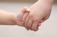 Les enfants remet se tenir ensemble - concept d'amitié d'enfance Photo libre de droits