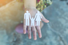 Les enfants remet tenir le petit modèle du coeur et de la famille Image libre de droits