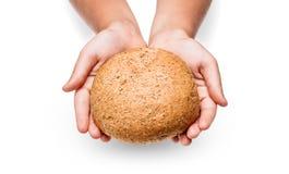 Les enfants remettent avec du pain Photo libre de droits