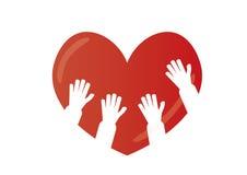 Les enfants remettent sur un coeur Photographie stock libre de droits
