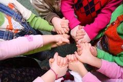 Les enfants restent ayants les mains jointives, première vue Images stock