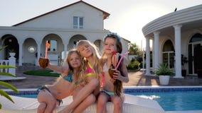 Les enfants riches posant pour l'appareil-photo dans la piscine de fond, célébrités d'enfants des vacances d'été, enfants font la banque de vidéos