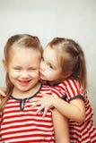 Les enfants s'étreignent et sourient, les enfants heureux Image stock