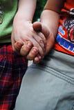 Les enfants s'accrochent aux bras Photo libre de droits