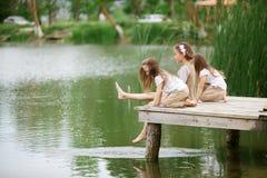 Les enfants s'approchent de l'étang Photo libre de droits